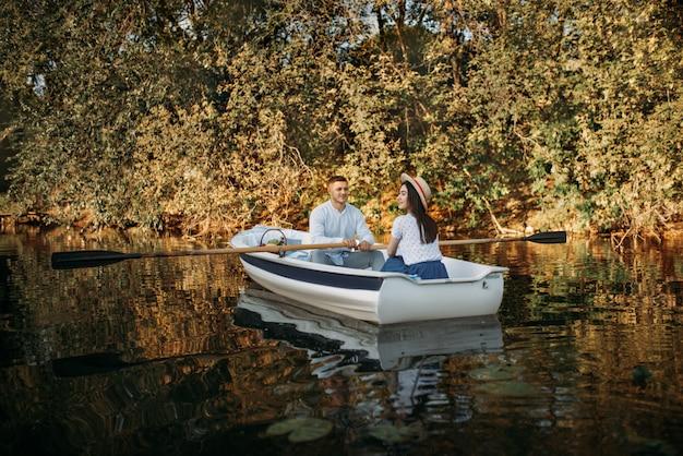 Hou van paar varen op meer, water reflectie