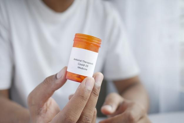 Houd een covid medische pillen vast met kopieerruimte