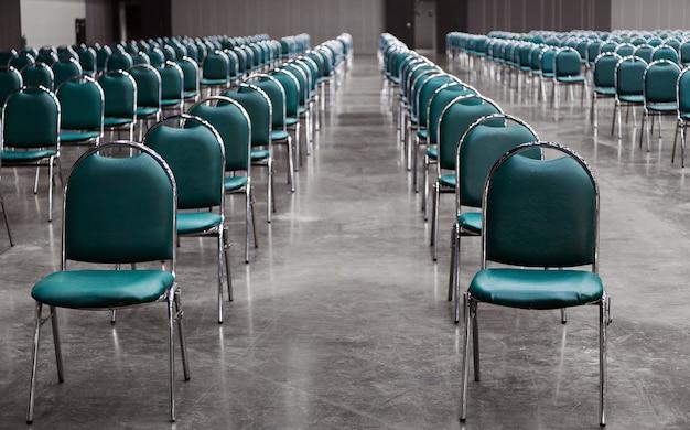 Houd ruimte in werkwinkelruimte in sociaal afstandsconcept