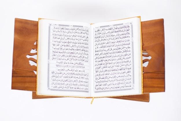 Houd van de heilige koran om te lezen op een witte achtergrond
