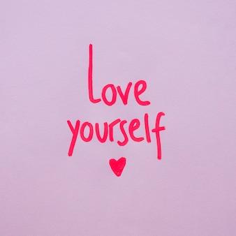 Houd van jezelf opschrift op paarse achtergrond