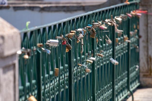 Houd van sloten links op een brug