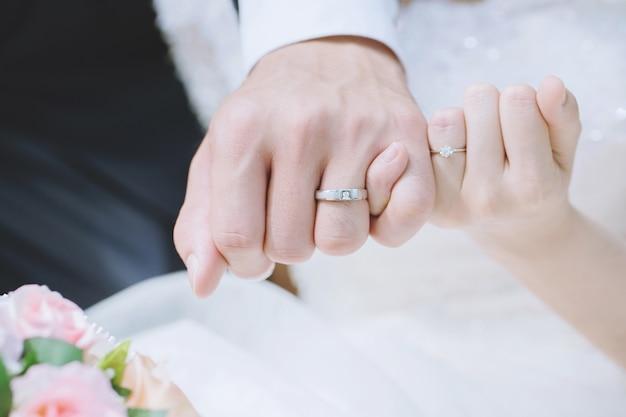 Houden van jonge liefde getrouwd paar hand in hand en staan samen