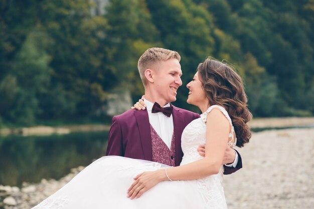 Houdend van bruidspaar in de bergen