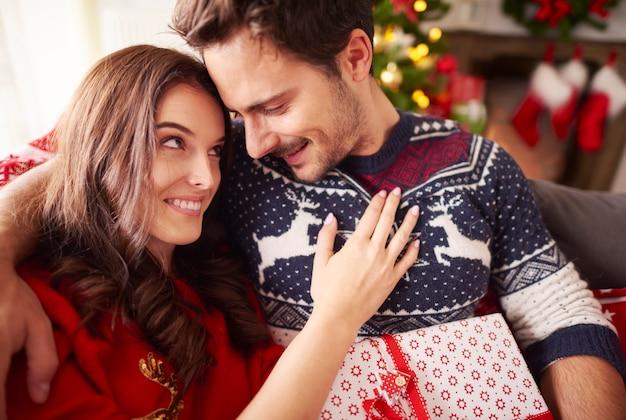 Houdend van paar dat kerstmis samen doorbrengt