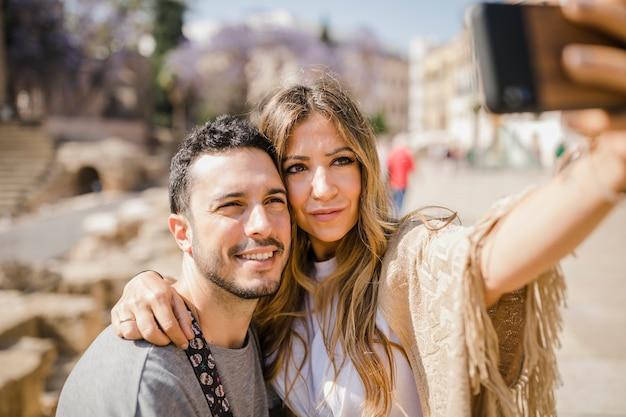 Houdend van paar dat zelfportret neemt