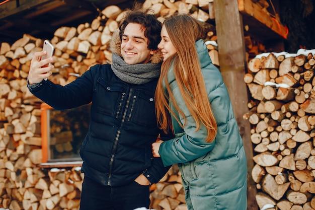Houdend van paar dat zich in een de winterpark bevindt