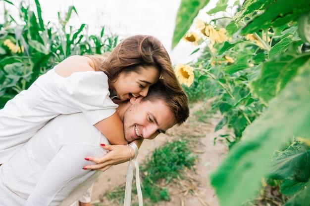Houdend van paar in witte jurken zoenen