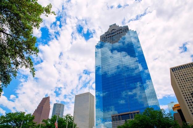 Houston texas skyline met skyscapers en blauwe hemel