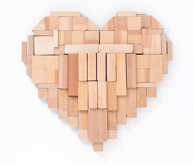 Hout bij elkaar geplaatst in een hartvorm