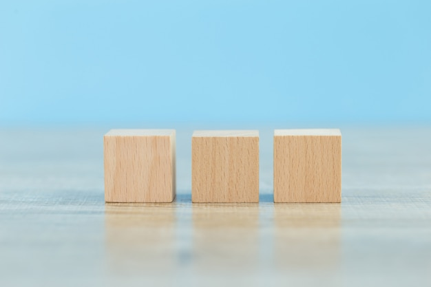Hout blok concept van een bloeiende onderneming gaat voor succes.