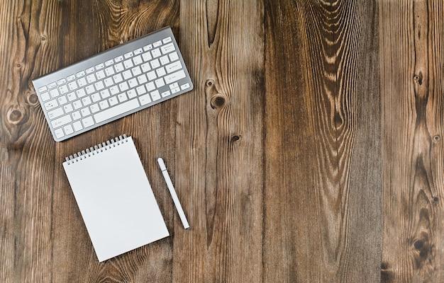 Hout bureaublad tafel concept online training onderwijs bediening op afstand webinars thuiskantoor