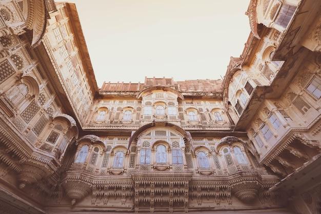 Hout gesneden ramen in de blauwe stad jodhpur, rajasthan, india.