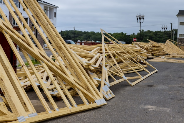 Hout gestapeld op bouwmaterialen voor huizen