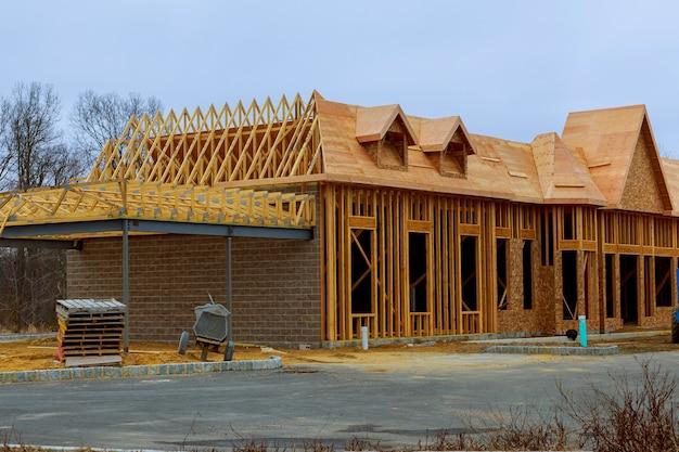 Hout inlijsten nieuw huis in aanbouw