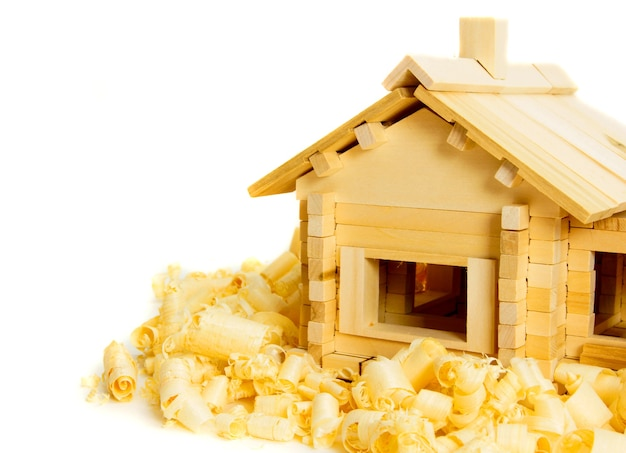Houtbewerking. huis constructie. joiner's werken. het houten huis en het scheren op witte achtergrond.