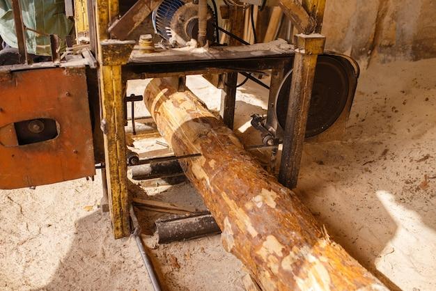 Houtbewerkingsmachine, niemand, houtindustrie, timmerwerk. houtverwerking op fabriek, boszagen in houtzagerij, timmerwerk