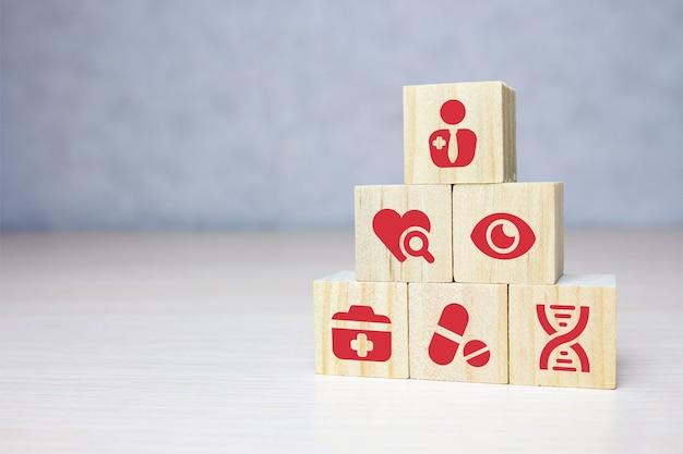 Houtblok stapelen met pictogram medische gezondheidszorg, verzekering voor uw gezondheidsconcept.