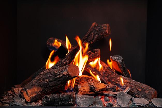 Houtblokken branden in open haard close-up binnenshuis