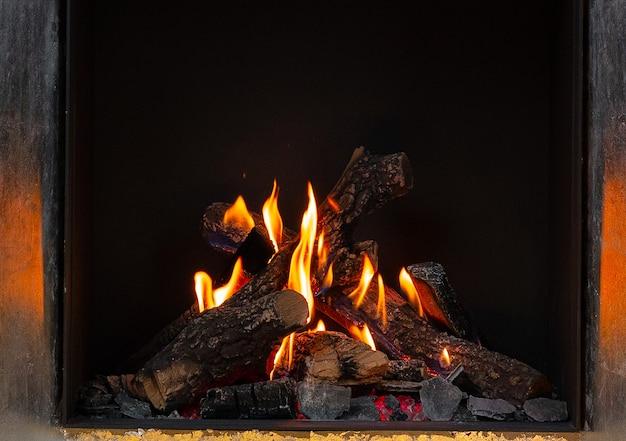 Houtblokken branden in open haard close-up
