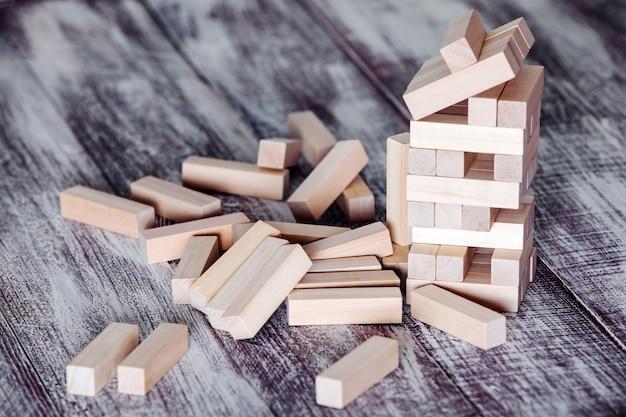 Houtblokken stapelspel, tafel concept