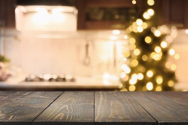 Houten aanrecht op keuken met kerstboom