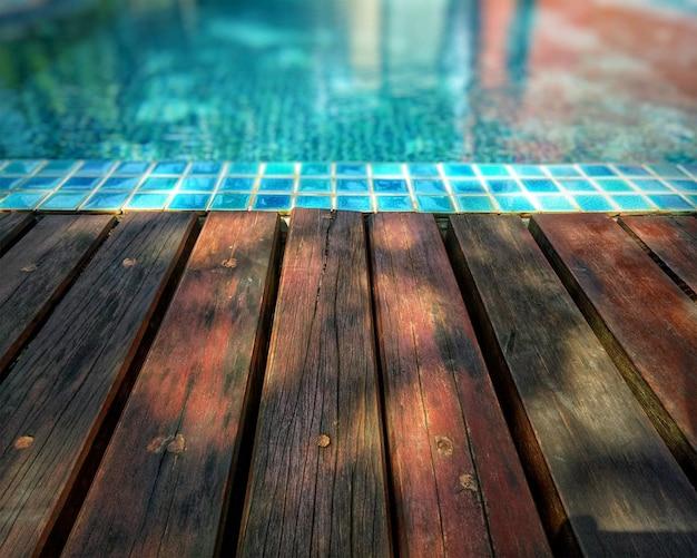 Houten achtergrond en zwembad.