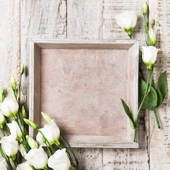 Houten achtergrond met boeket van witte bloemen