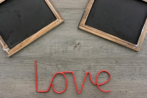Houten achtergrond met leien en woord liefde