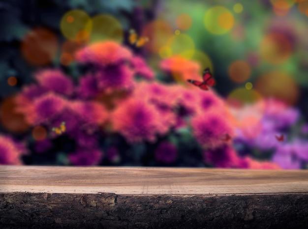 Houten achtergrond met lentebloemen