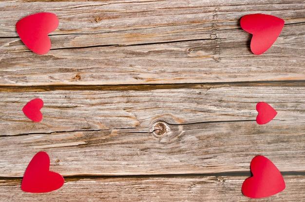 Houten achtergrond met rode en witte harten. achtergrond voor valentijnsdag.