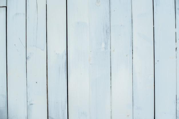Houten achtergrond. witte verticale strepen, planken. oude muur
