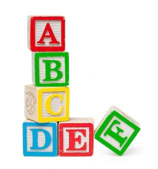 Houten alfabetblokken die op wit worden geïsoleerd