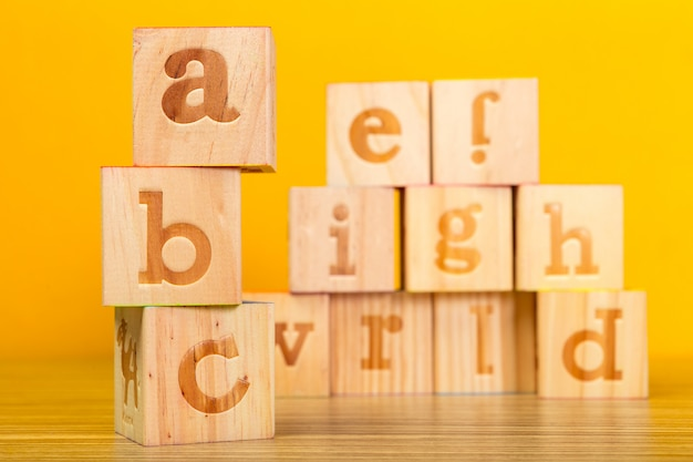 Houten alfabetblokken met letters