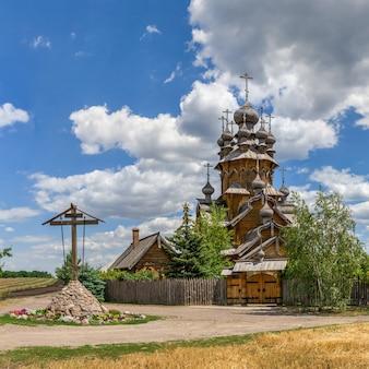 Houten all saints skete, een deel van de svyatogorsk lavra in oekraïne, op een zonnige zomerdag