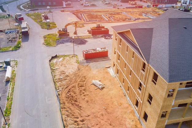 Houten amerikaans appartementencomplex in balken het zicht op het bouwen van een framestructuur op een nieuwe ontwikkeling