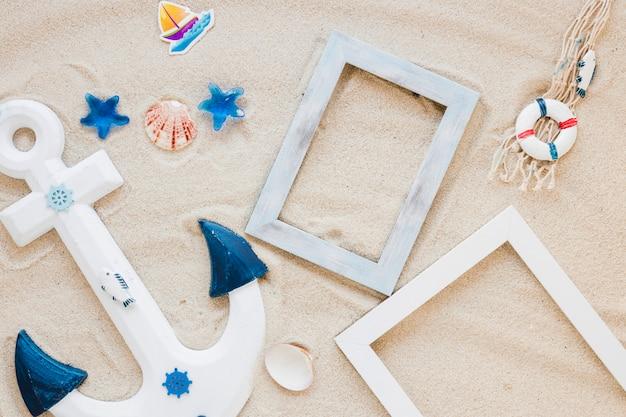 Houten anker met lege frames op zand
