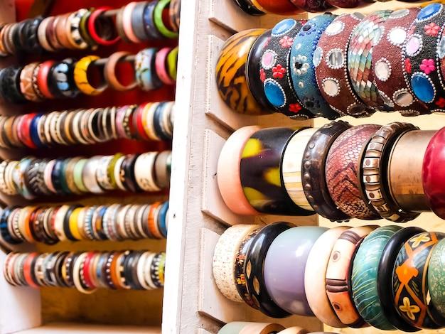Houten armbanden in de straatwinkel, jaisalmer, india.