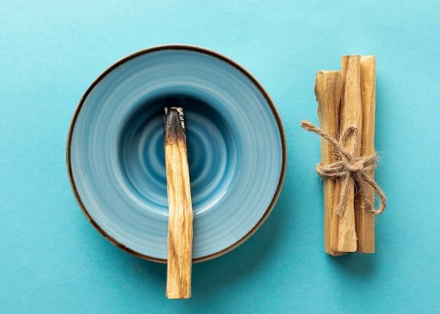 Houten aromatische stokken vastgebonden met een touw