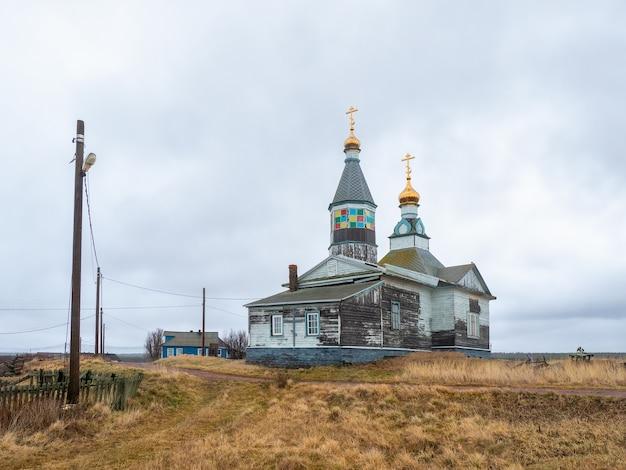 Houten authentieke kashkarantsy-kerk. een klein authentiek dorpje aan de witte zeekust. kola-schiereiland. rusland.