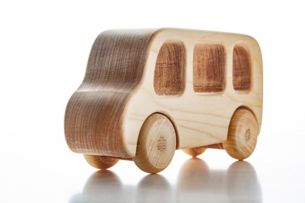 Houten auto's van kinderen op een witte muur.