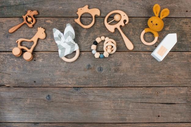 Houten babyspeelgoed, zitzak en bijtringen op rustieke houten