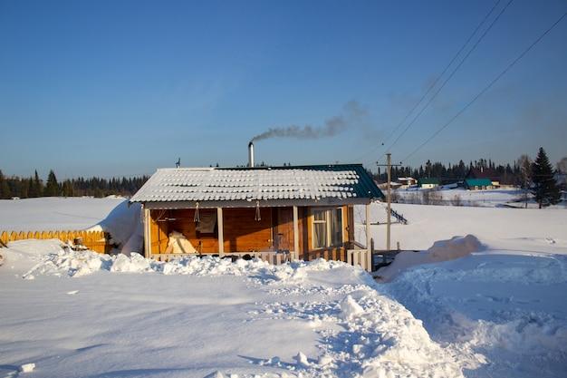 Houten bad in de winter. winterlandschap. winter in siberië.