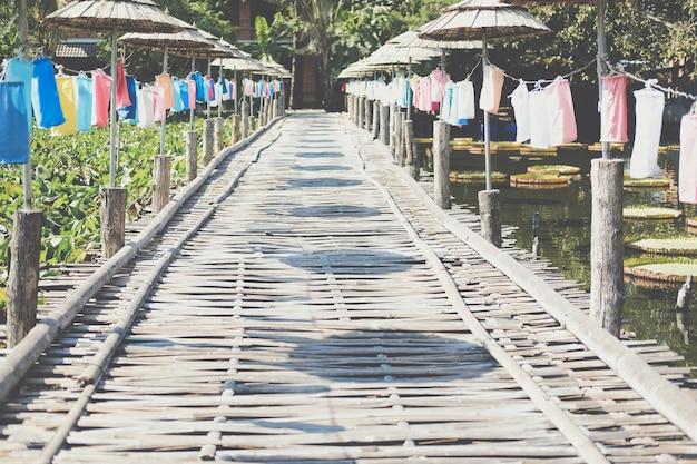 Houten bamboe brug versierd met kleurrijke stoffen lantaarn