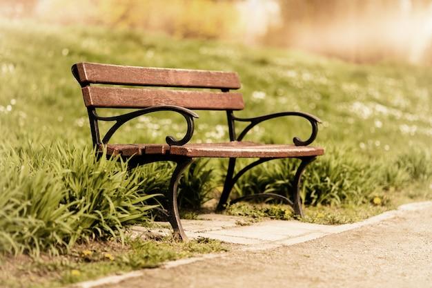 Houten bank die in park wordt geïsoleerd