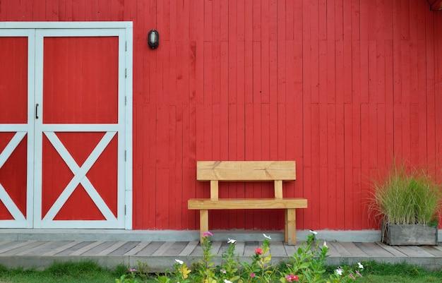 Houten bank en rode muur