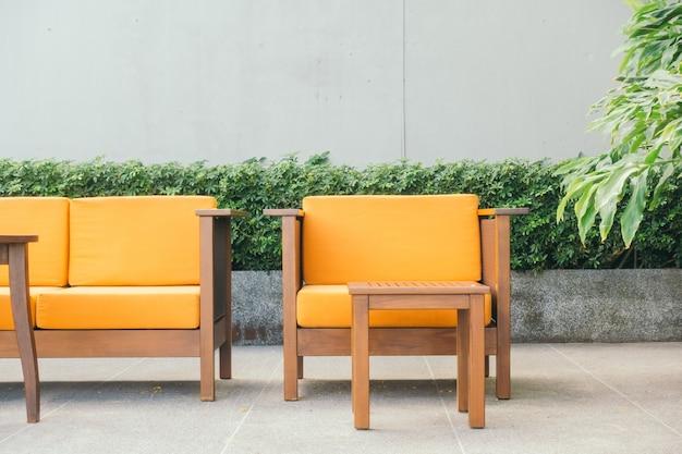 Houten bank en stoel
