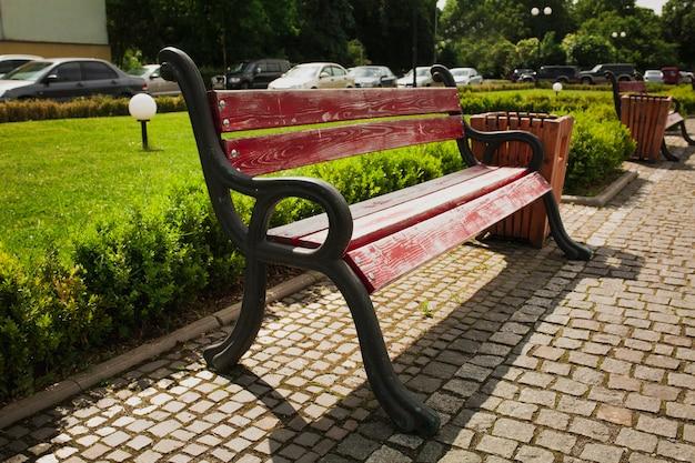 Houten bank in het centrale park van uzhgorod in zonnige dag