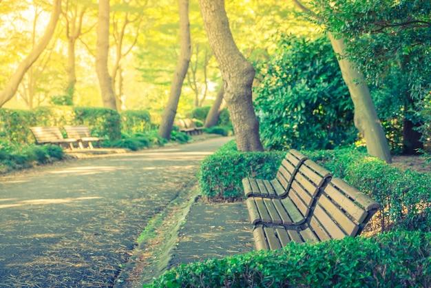 Houten bankje in het park (gefilterde afbeelding verwerkt vintage effe