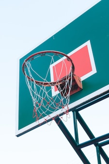 Houten basketbalring op blauwe hemel, basketbalmand op blauwe hemel